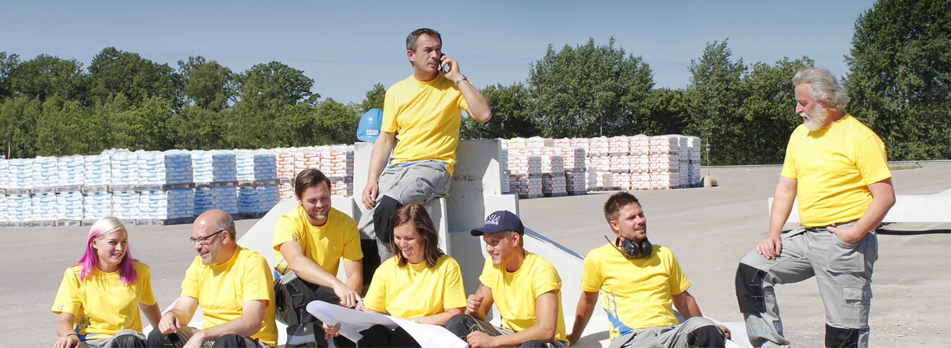 Medarbetare med gula Finja-tröjor